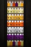 Gekleurde glasflessen stock foto