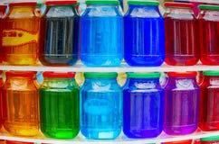 Gekleurde glaskruiken Stock Foto's