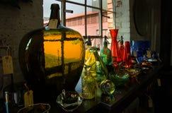 Gekleurde glasvoorwerpen op vertoning voor verkoop Stock Afbeelding