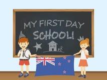 Gekleurde glimlachende kinderen, jongen en meisje, die een nationale vlag van Nieuw Zeeland achter een illustratie van de schoolr vector illustratie