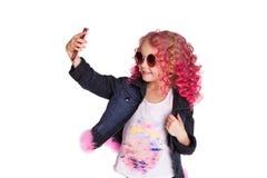 Gekleurde golvende hais Ombre Weinig modern hipstermeisje in manierkleren, Selfie studio Stock Foto