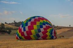 Gekleurde grote hete luchtballon in de grond Stock Fotografie