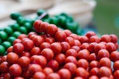 Gekleurde halsband van rode die parels op een draad worden vastgebonden Royalty-vrije Stock Afbeelding