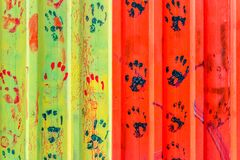 gekleurde handdrukken op Metaal rustieke plaat royalty-vrije stock afbeeldingen