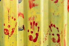 gekleurde handdrukken op Metaal rustieke plaat royalty-vrije stock afbeelding