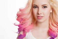 Gekleurde haren Portret van glimlachende vrouwen met krullende haren Ombre gradiënt Stock Foto's
