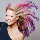 Gekleurde haren Portret van glimlachende vrouwen met vliegende haren Ombre gradiënt Stock Foto's