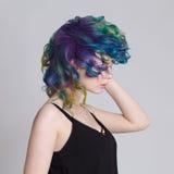 Gekleurde haren Portret van mooie vrouwen met vliegende haren en bergkristallen Ombre gradiënt Royalty-vrije Stock Afbeeldingen