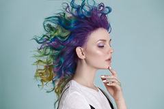 Gekleurde haren Portret van mooie vrouwen met vliegende haren en bergkristallen Ombre gradiënt Royalty-vrije Stock Afbeelding