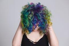 Gekleurde haren Portret van mooie vrouwen met vliegende haren en bergkristallen Ombre gradiënt Stock Foto