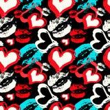 Gekleurde harten en lippen op een zwart naadloos patroon als achtergrond Royalty-vrije Stock Afbeelding