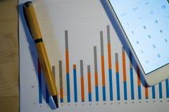 Gekleurde histogramdruk op een houten lijst tijdens een commerciële vergadering Royalty-vrije Stock Foto