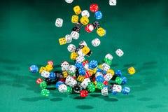 Gekleurde honderd dobbelt het vallen op een groene lijst royalty-vrije stock fotografie