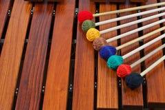 Gekleurde houten hamers op marimba Stock Fotografie