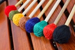 Gekleurde houten hamers op marimba Stock Afbeelding