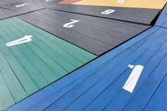 Gekleurde houten panelen met grote witte aantallen Stock Foto