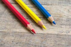 Gekleurde houten potloden van primaire kleur Stock Foto's