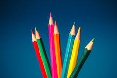 Gekleurde houten potloden voor tekening en kunst op blauwe achtergrond Royalty-vrije Stock Afbeeldingen