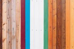 Gekleurde houten raad met de achtergrond van de schroeventextuur stock afbeeldingen