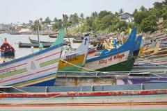 Gekleurde houten schepen die zich op het strand, Kochi bevinden Royalty-vrije Stock Foto