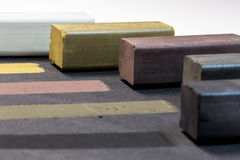 Gekleurde houtskoolstokken voor tekening Stock Fotografie