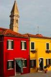 Gekleurde huizen en godsdienst stock afbeeldingen