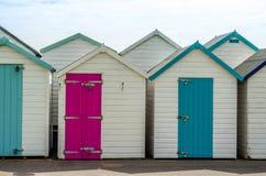 Gekleurde huizen op het strand, kleurrijke deur aan de zomerplattelandshuisjes, s Royalty-vrije Stock Foto