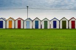 Gekleurde huizen op het strand, kleurrijke deur aan de zomerplattelandshuisjes, s Stock Afbeeldingen