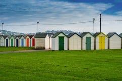 Gekleurde huizen op het strand, kleurrijke deur aan de zomerplattelandshuisjes, s Stock Foto's