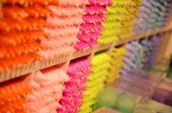 Gekleurde kaarsen in de winkel in Londen Stock Afbeeldingen