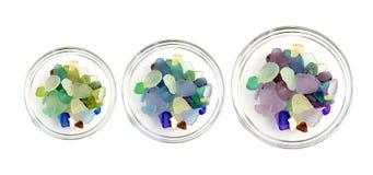 Gekleurde kiezelstenen in een glaskop op witte achtergrond Royalty-vrije Stock Afbeelding