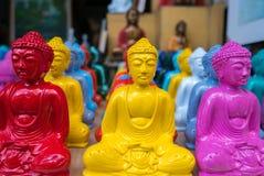 Gekleurde kleine standbeelden van Buddhas op verkoop in Ubud-toeristenmarkt, Stock Foto's