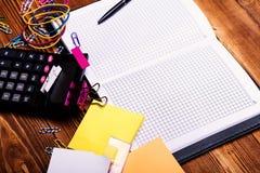 Gekleurde klemmen en elastieken met gele kleverige nota's royalty-vrije stock foto's