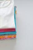Gekleurde kleren op een witte achtergrond Royalty-vrije Stock Foto