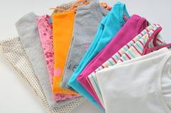 Gekleurde kleren op een witte achtergrond Stock Afbeelding