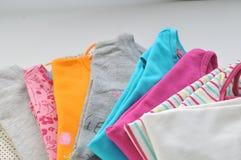 Gekleurde kleren op een witte achtergrond Stock Foto
