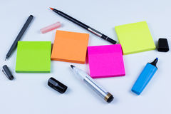 Gekleurde kleverige nota's met pennen en tellers Royalty-vrije Stock Afbeelding