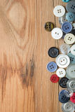 Gekleurde knopen op houten raad, Kleurrijke knopen Stock Foto