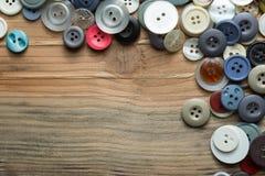 Gekleurde knopen op houten raad, Kleurrijke knopen Stock Afbeelding