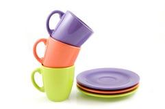 Gekleurde koppen met platen Stock Afbeeldingen