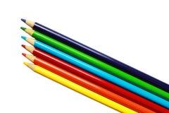 Gekleurde kunstpotloden op witte achtergrond Stock Foto's