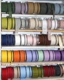 gekleurde linten en decoratieve broodjes voor verkoop per meter in w Stock Foto