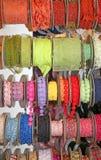 gekleurde linten en decoratieve broodjes voor verkoop per meter in w Royalty-vrije Stock Foto