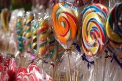 Gekleurde lollys bij een eerlijke tribune Royalty-vrije Stock Fotografie