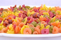 Gekleurde macaroni alvorens te koken Stock Foto's