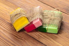 Gekleurde met de hand gemaakte zeep in een uitstekende verpakking Stock Foto