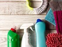 Gekleurde microfiber servetten, schoonmakende agent, nevel en borstel op w stock afbeeldingen