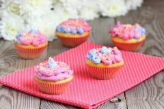 Gekleurde muffins Stock Foto's