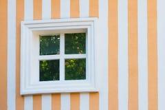 Gekleurde muur met één wit venster Royalty-vrije Stock Afbeelding