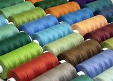 Gekleurde naaiende draden in spoelen, verschillende kleuren Stock Fotografie